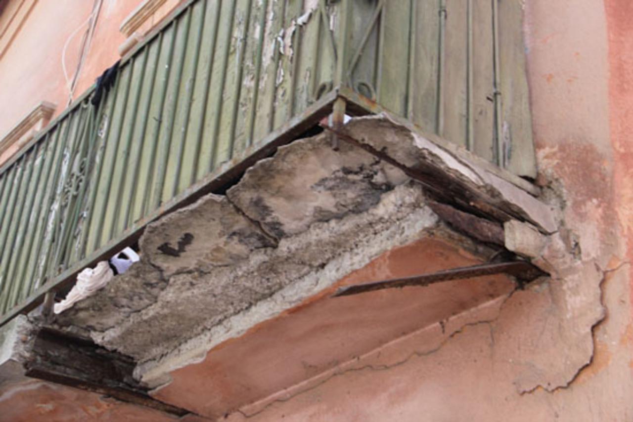 В Челябинске кусок бетона чуть не упал на коляску с ребенком.