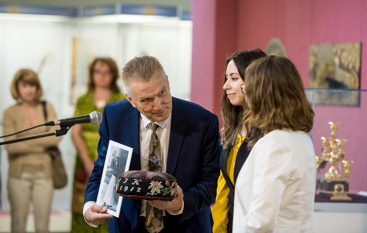 Владимир Богдановский принимает подарок