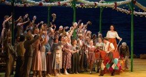 Драматический сюжет оперы разворачивается в итальянской деревне