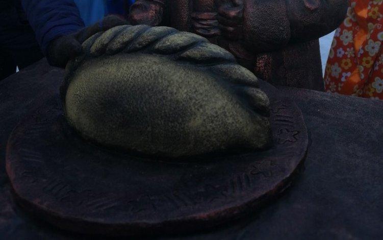 Жители Миасса обрадовались открытию памятника гигантскому пельменю